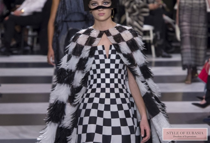 NEWS: Dominoes, chess, framed by the feathers of paradise birds in the collection of Couture by Christian Dior