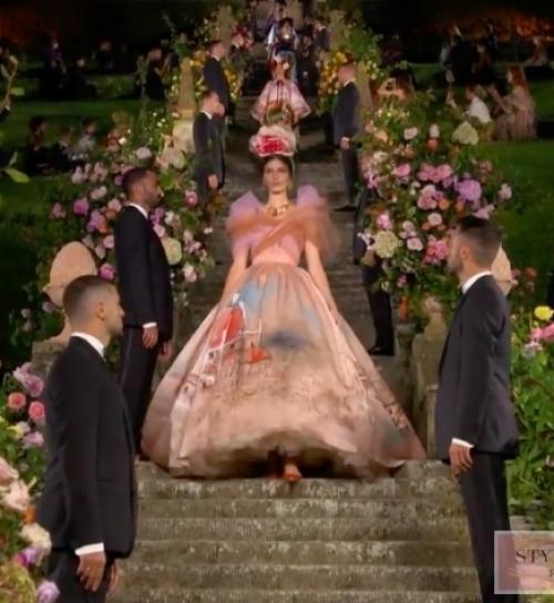 Flowers triumph in the fashion show Dolce & Gabbana Alta Moda